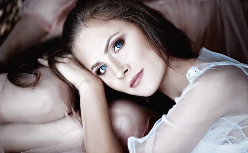 Contacts aux yeux bleus : pourquoi les gens célèbres en ont